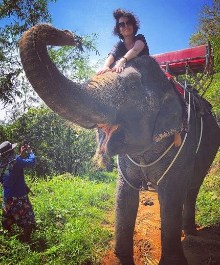 Даша Астафьева на слоне