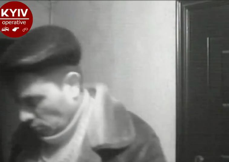 Заглядывал в щели: в Киеве извращенца застукали камеры