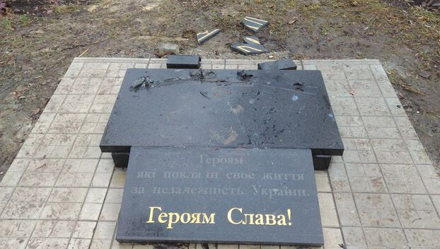 Собирали по кусочкам: на Донбассе разрушили памятник героям АТО