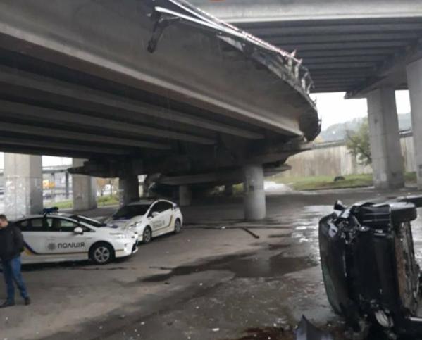 Остання ДТП на естакаді відбулася 8 жовтня. Тоді впав автомобіль, де був батько з 7-річною дитиною