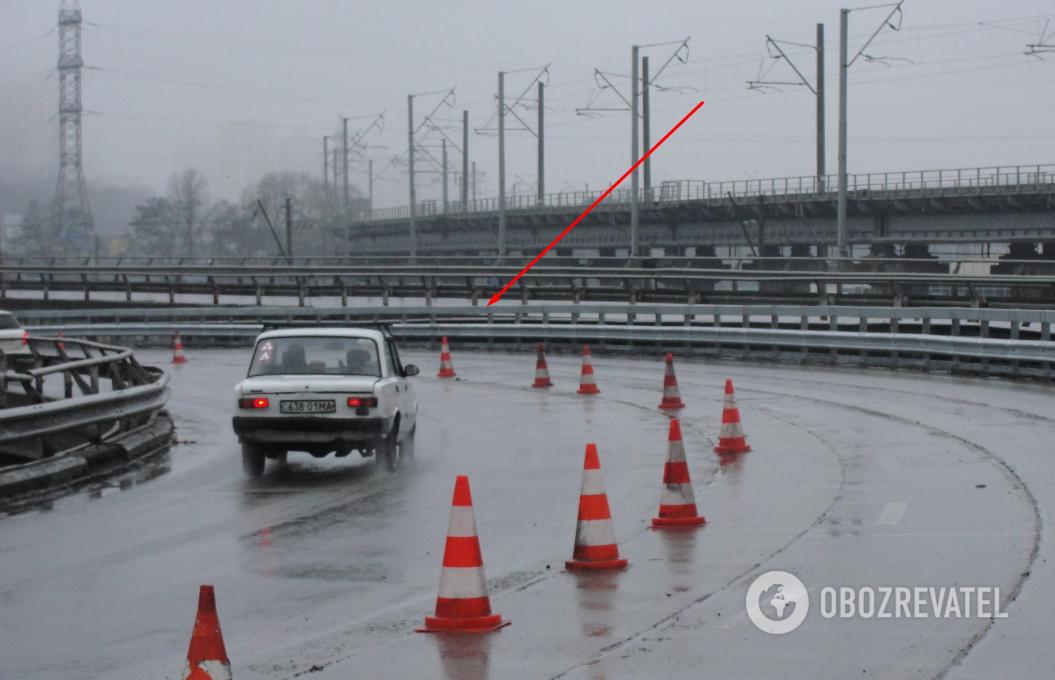 Стрілкою вказано ділянку, звідки злітали автомобілі