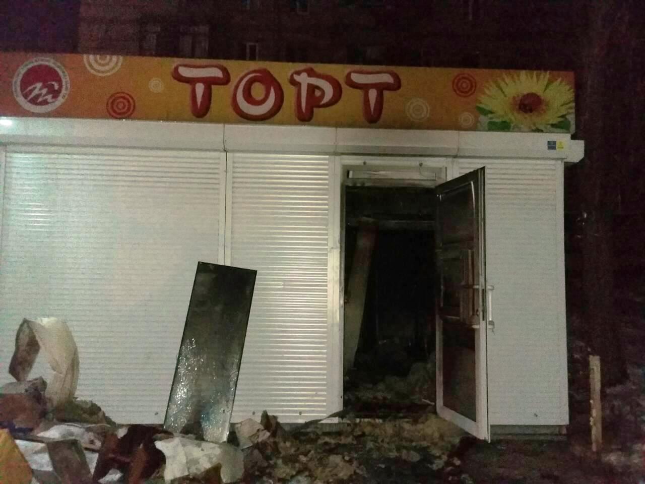 В центре Запорожья уничтожен магазин: поджог или случайность установит расследование (ФОТО)