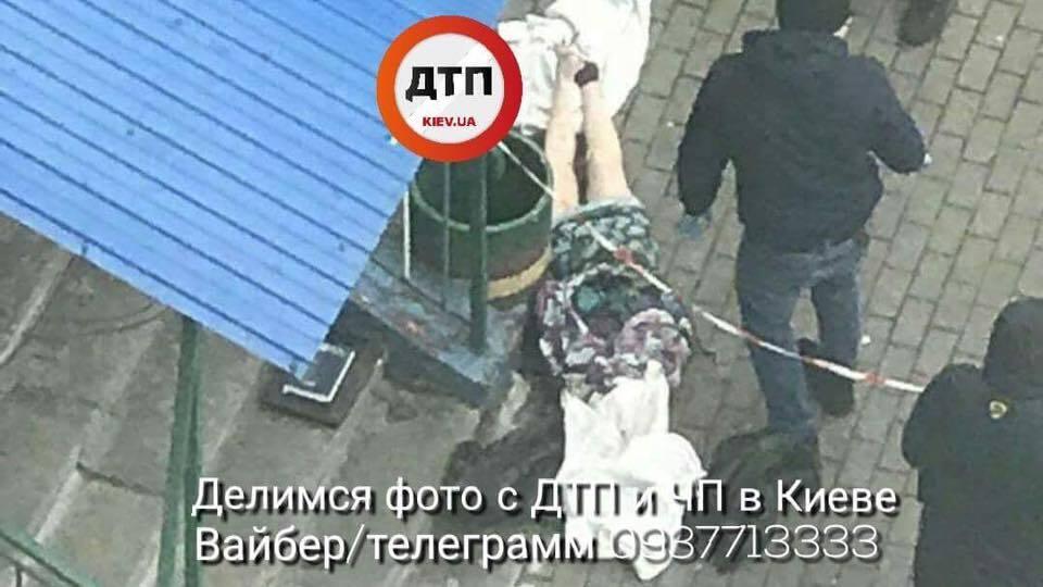 В Киеве женщина выбросилась с 12-го этажа: момент попал на камеру