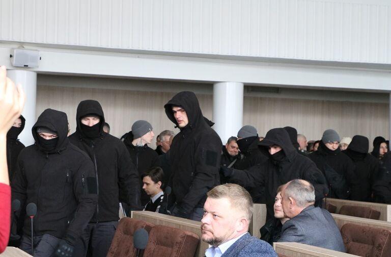 Скандальна сесія в Черкасах: холодна зброя і пістолети під куртками