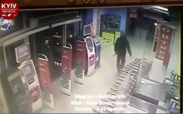 Забрался в супермаркет: в Киеве дерзкое ограбление попало на видео