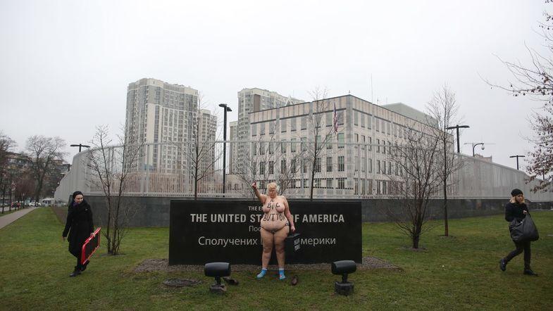 Ради Трампа? В Киеве голая женщина устроила протест