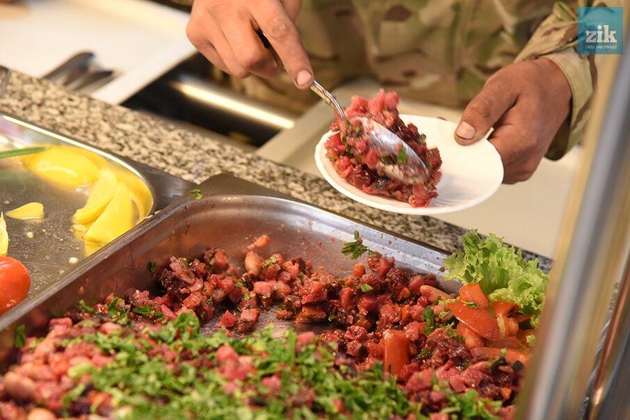 Не то, что у бан*еровцев: в сети показали жуткий ужин элитных войск РФ