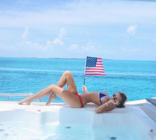 """""""Бездоганна!"""" Дочка легендарного хокеїста сколихнула мережу спекотними фото в купальнику"""