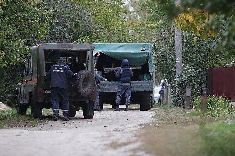 Сапери забирають снаряди з дворів