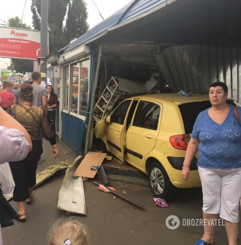 Київ, 7 вересня 2018 р., автомобіль влетів у зупинку. Цього разу обійшлося без жертв