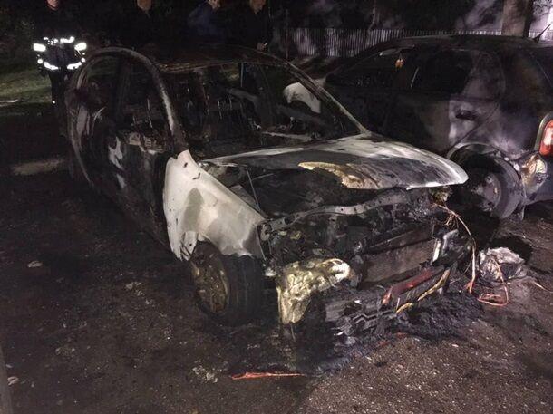 В Запорожье ночью одновременно горели 4 легковых иномарки