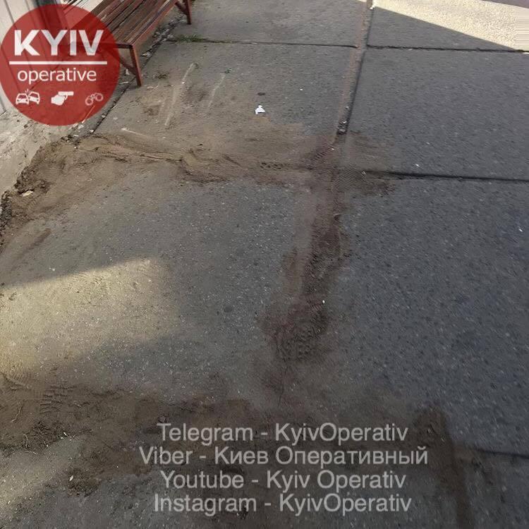У Києві пенсіонерка зламала ногу через яму