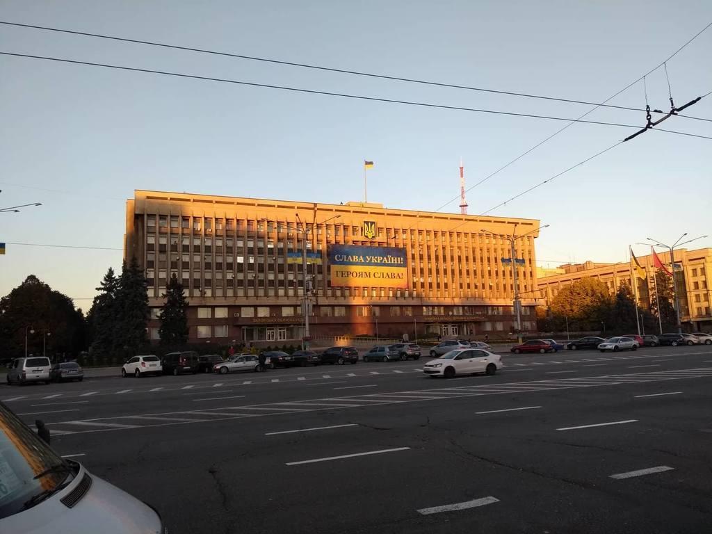 В центре Запорожья растянули огромный патриотический баннер