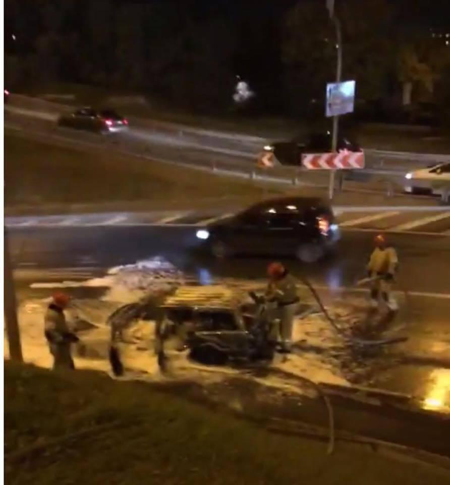 В Киеве на дороге взорвалось авто: подробности и фото с места ЧП