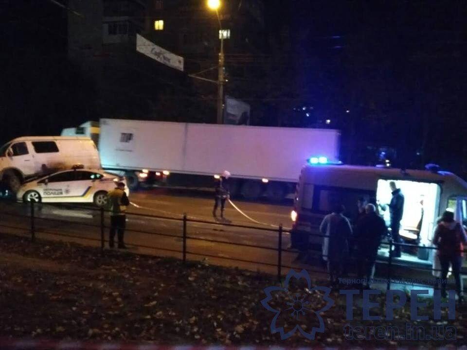 Автобус розчавив поліцейське авто в Тернополі