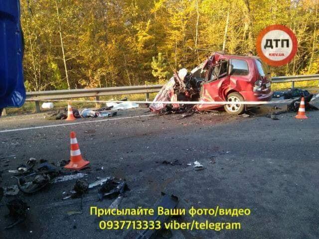Під Києвом трапилася смертельна ДТП: фото 18+