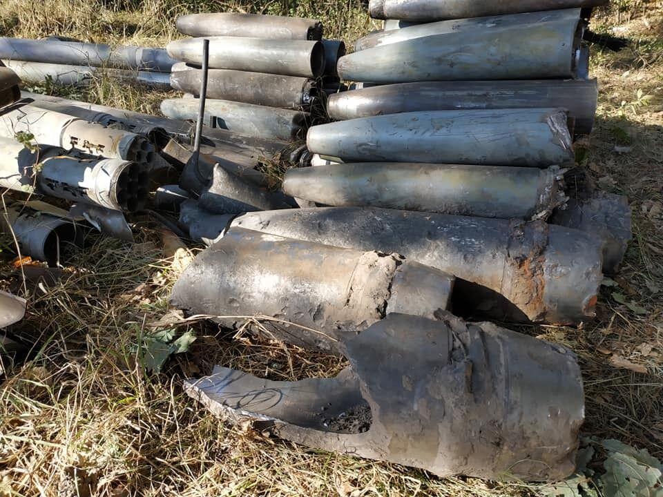 Военные собирают остатки снарядов, разлетевшихся по лесам