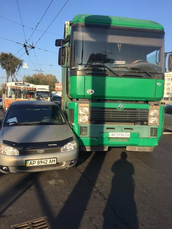Сегодня утром в Запорожье два ДТП с фурами парализовали автомобильное движение