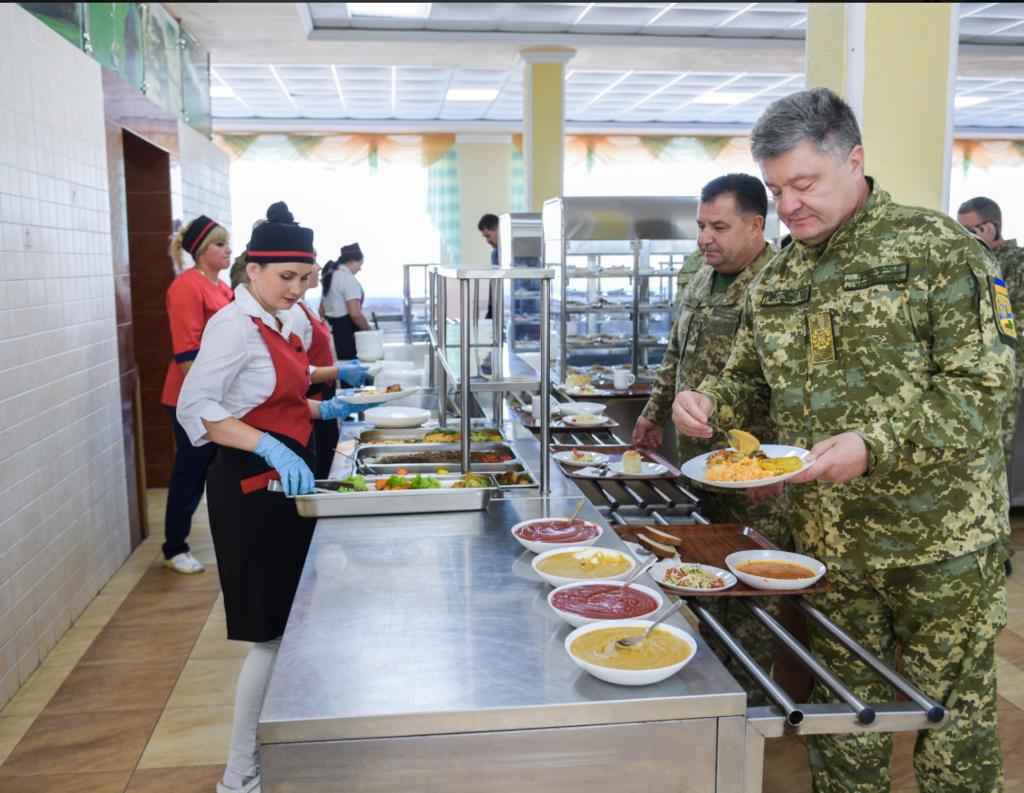 Порошенко поел в солдатской столовой: фото меню президента