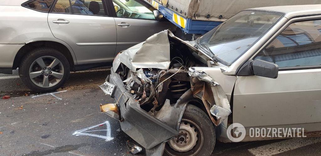У Києві авто вилетіло на тротуар: фото масштабної ДТП