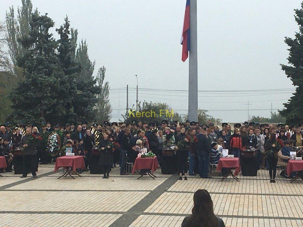 Город в слезах: в Керчи простились с жертвами стрелка. Фото и видео