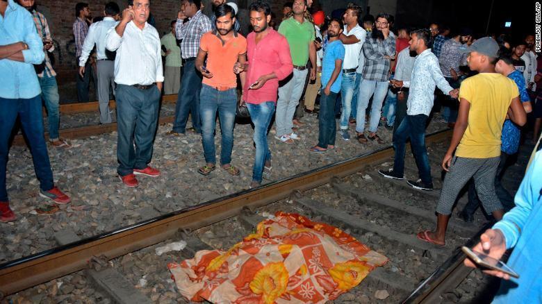 В Індії потяг влетів у натовп людей: 61 жертва і 80 поранених
