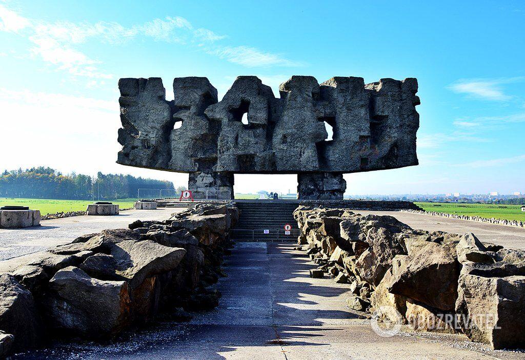 Пам'ятник боротьби і мук на вході в музей, відкритий у 1969 році