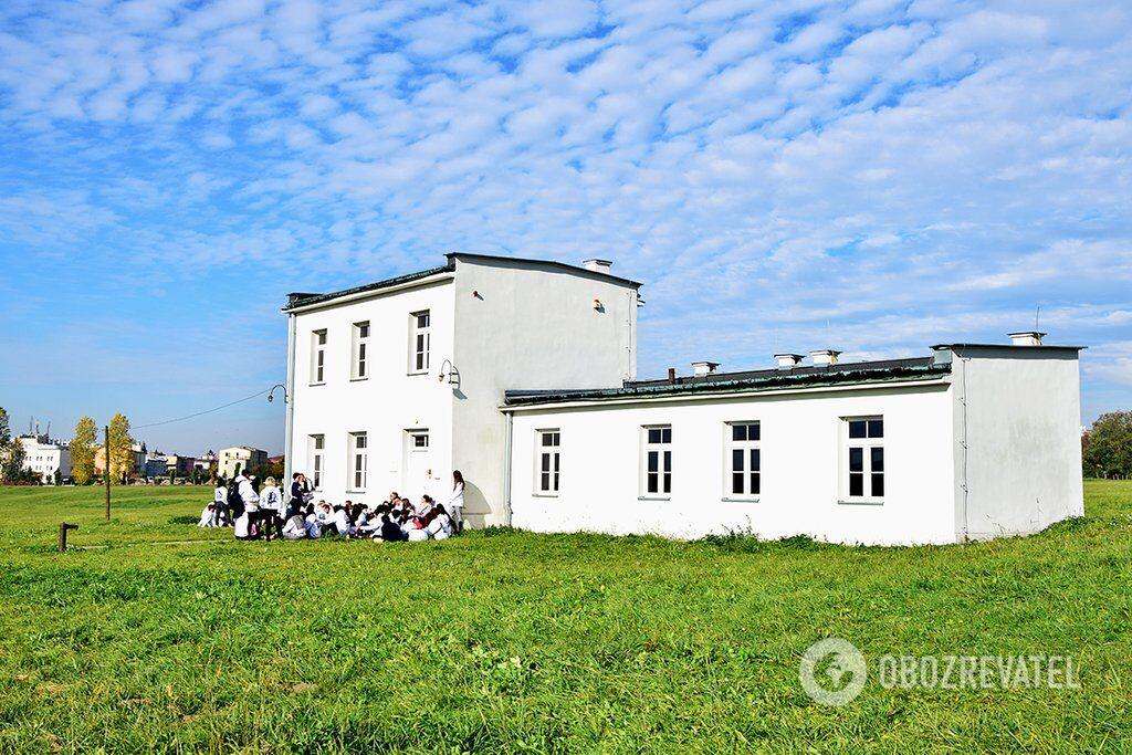 Довоєнний будинок міського собакаря. Під час окупації житло одного з лікарів СС, а пізніше - будинок керівника табору Антона Тумана