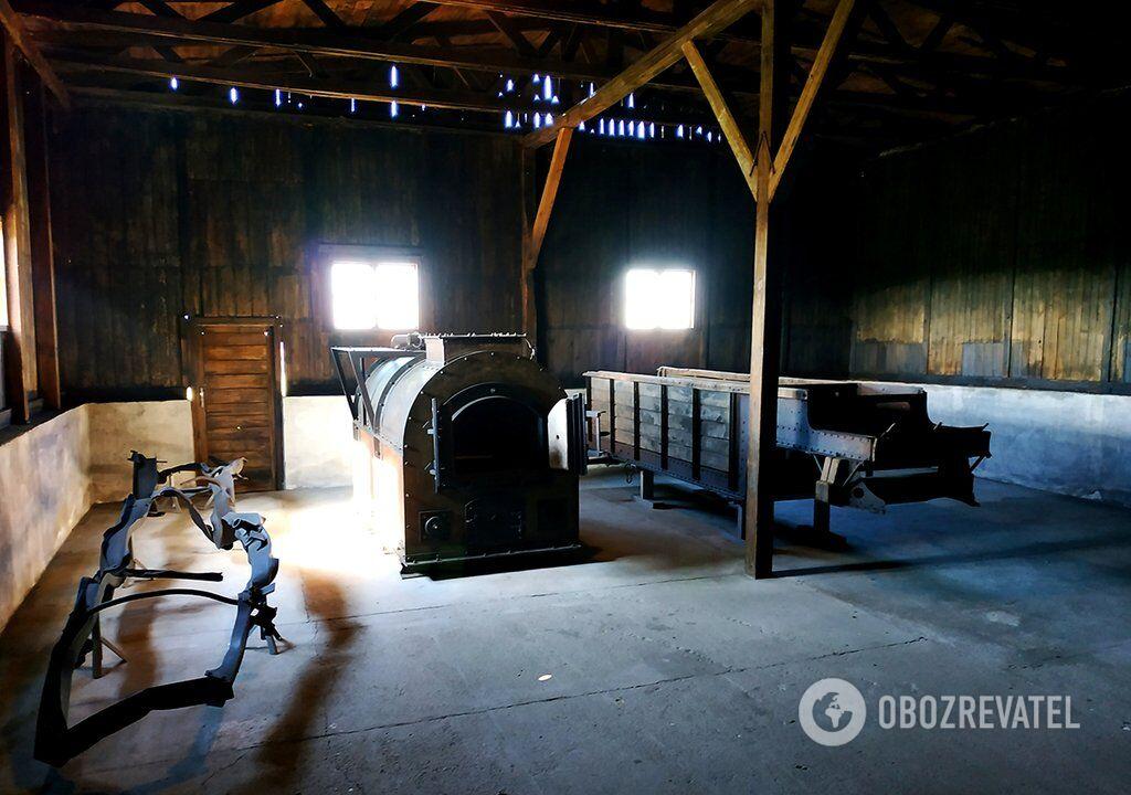 Зліва направо: фрагмент вантажівки, яка перевозила тіла мертвих із газових камер до крематоріїв, піч крематорію, кузов вантажівки для перевезення трупів