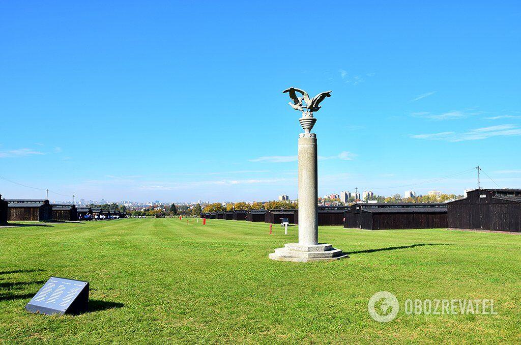 """Колона трьох орлів. Монумент, побудований навесні 1943 року на III полі польським політичними в'язнями за наказом керівництва табору, як елемент """"облагородження"""" території. Завдяки тому, що зодчі потайки поховали останки в'язнів у фундаменті монумента, він став першим пам'ятником жертвам Майданека"""