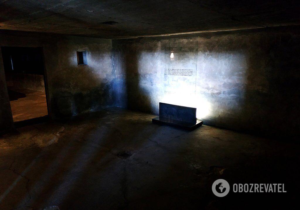 Кімната, яка передує залу крематорію з печами. У ній зберігалися тіла в'язнів до спалення