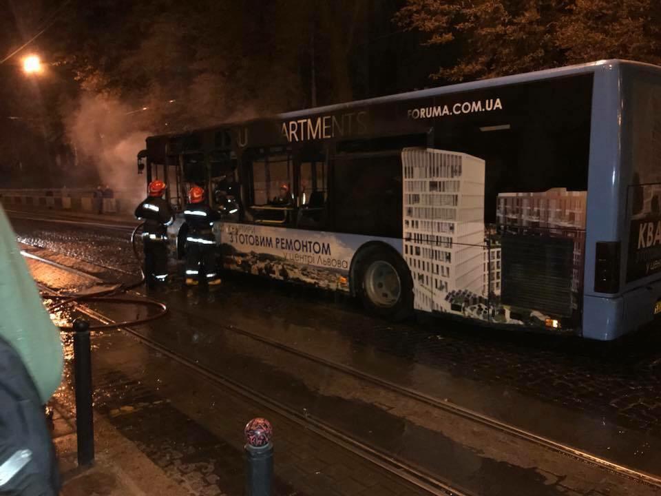 ''Люди живі?'' У Львові на ходу загорівся автобус