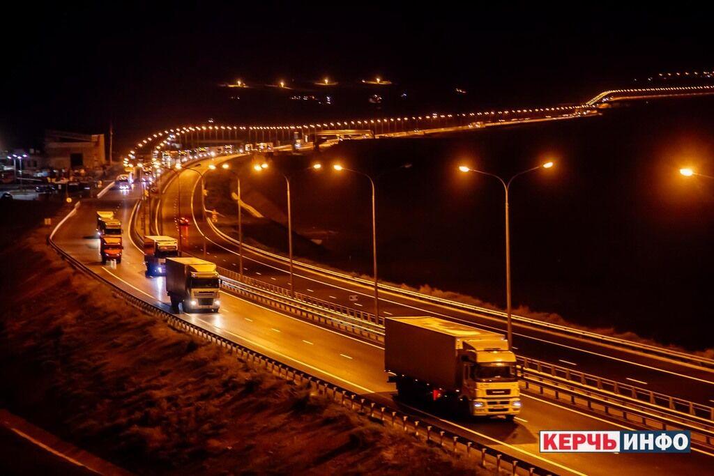 Путин пустил неизвестные грузы на украинский полуостров: фото и видео с Крымского моста