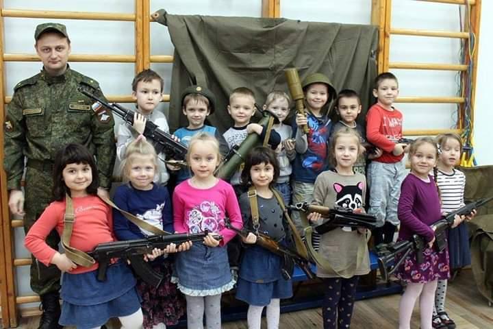 ''Готують терористів з пелюшок'': мережу шокувало поводження з дітьми в Росії