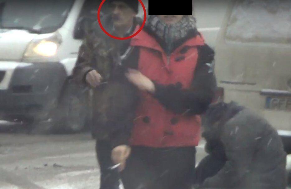"""Кадр с места подставного ДТП, где Амельченко """"оказывал помощь потерпевшему"""""""