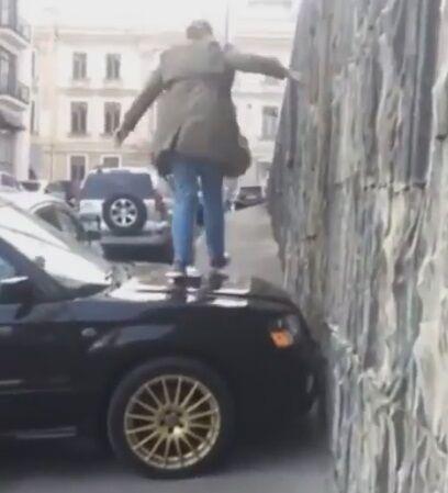 ''Пощастило, що худенька'': українка креативно провчила автохама в Києві