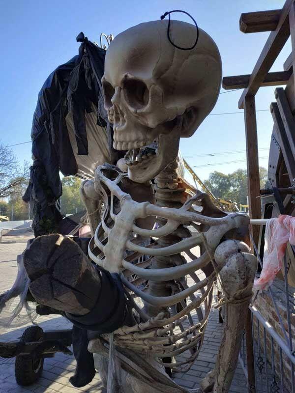 Окровавленный гроб: в Днепре заметили необычную инсталляцию
