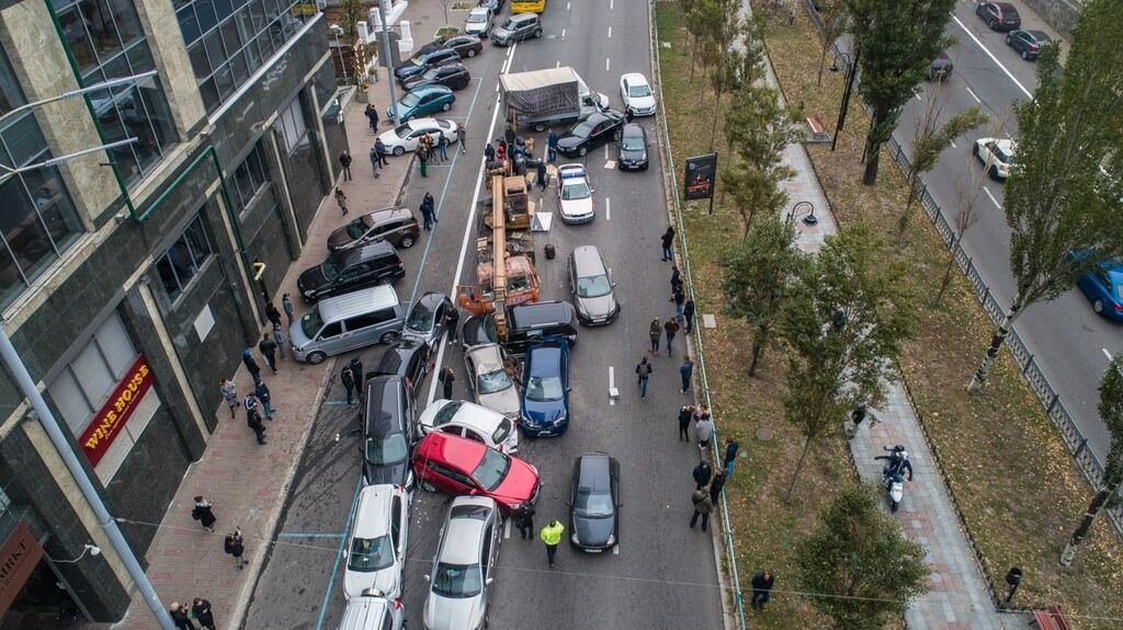 ДТП из 20 авто в Киеве сняли с высоты: фото и видео
