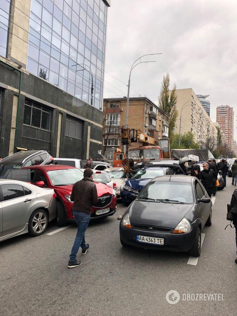 В центре Киева КамАЗ без тормозов снес 20 авто: первые фото и видео кровавого ДТП