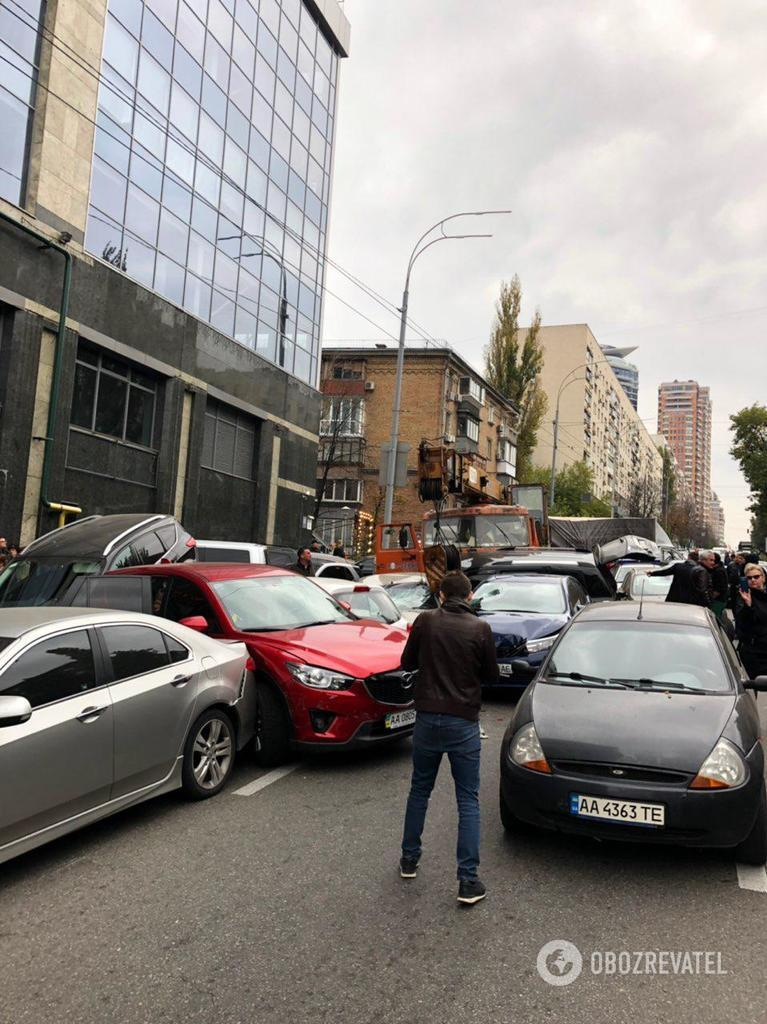 В центре Киева КамАЗ без тормозов снес десяток авто