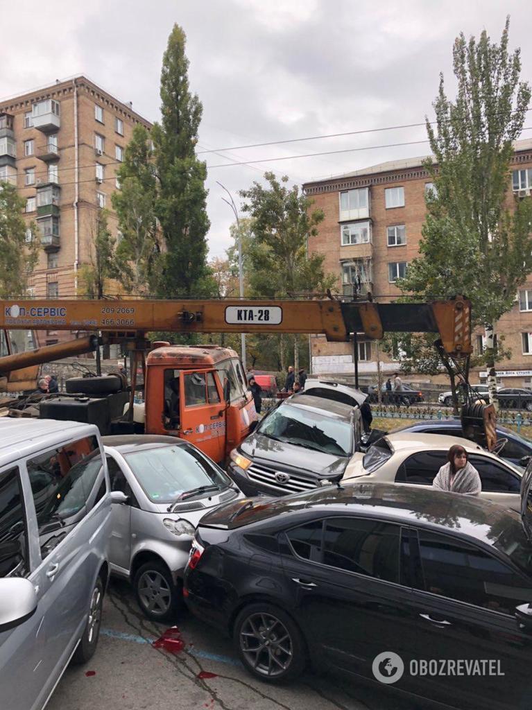В Киеве автокран ''снес'' 19 авто: момент ДТП попал на видео
