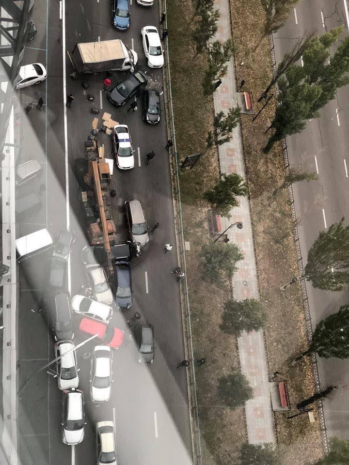 Пострадало около 20 авто