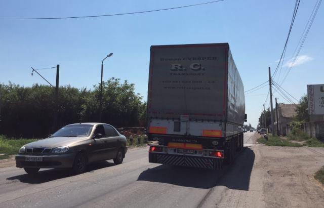 У мережі показали, як фури знищують українські дороги