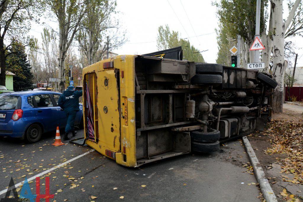 """У """"ДНР"""" перекинувся автобус із людьми: фото з місця НП"""