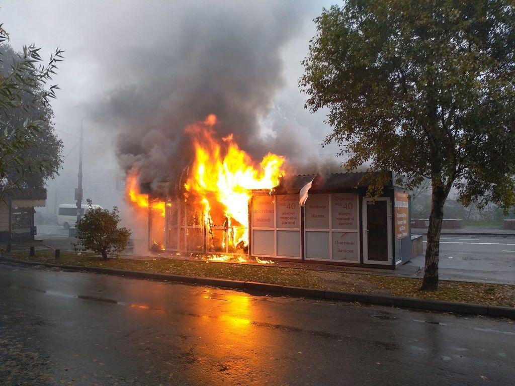 В Киеве произошел масштабный пожар: момент попал на видео