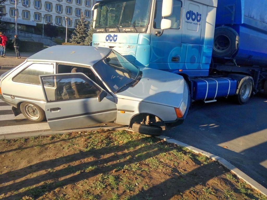 В Запорожье произошло ДТП при участии грузовика и легковушки: водитель уцелела чудом