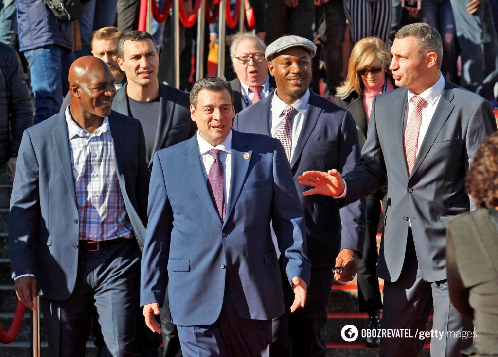 Виталий и Владимир Кличко, Леннокс Льюис, Эвандер Холифилд и президент WBC Маурисио Сулейман прибывают на Конгресс