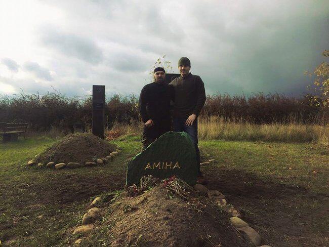 Пам'ятник Аміні зроблений з граніту кольору смарагду