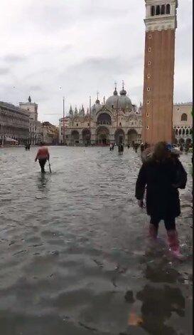 Знаменитая площадь в Италии ушла под воду: видеофакт