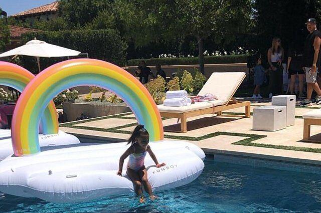 Єдинороги, веселки і вечірка біля басейну: як донька Кардашьян відзначила день народження
